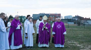 Abp Ryś: Pan mówi: Jestem z wami! – poświęcenie placu pod budowę nowej świątyni w Bełchatowie