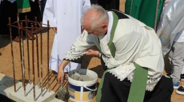 Uroczystość poświęcenia fundamentów i wmurowania aktu erekcyjnego pod budowę świątyni w Bełchatowie