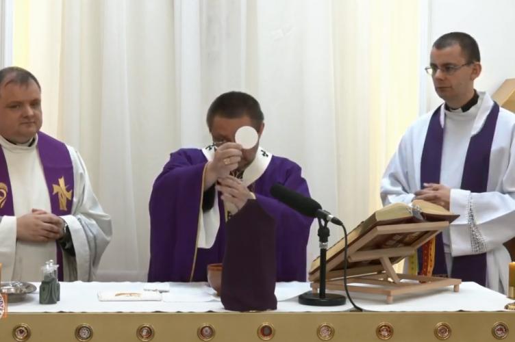 Abp Ryś: Jezus pod krzyżem przekazuje nam Ducha | V Niedziela Wielkiego Postu