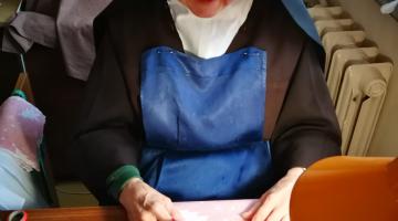 Siostry Karmelitanki Dzieciątka Jezus szyją maseczki dla szpitala w Zgierzu
