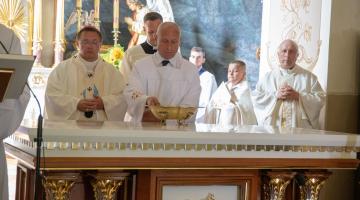 Abp Ryś: Czego uczy ołtarz? Ołtarz uczy Miłości! – konsekracja ołtarza w parafii Parzęczew