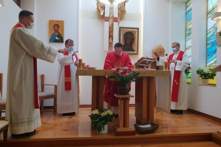 Abp Grzegorz Ryś: Jezus w tajemnicy zmartwychwstania przynosi pokój